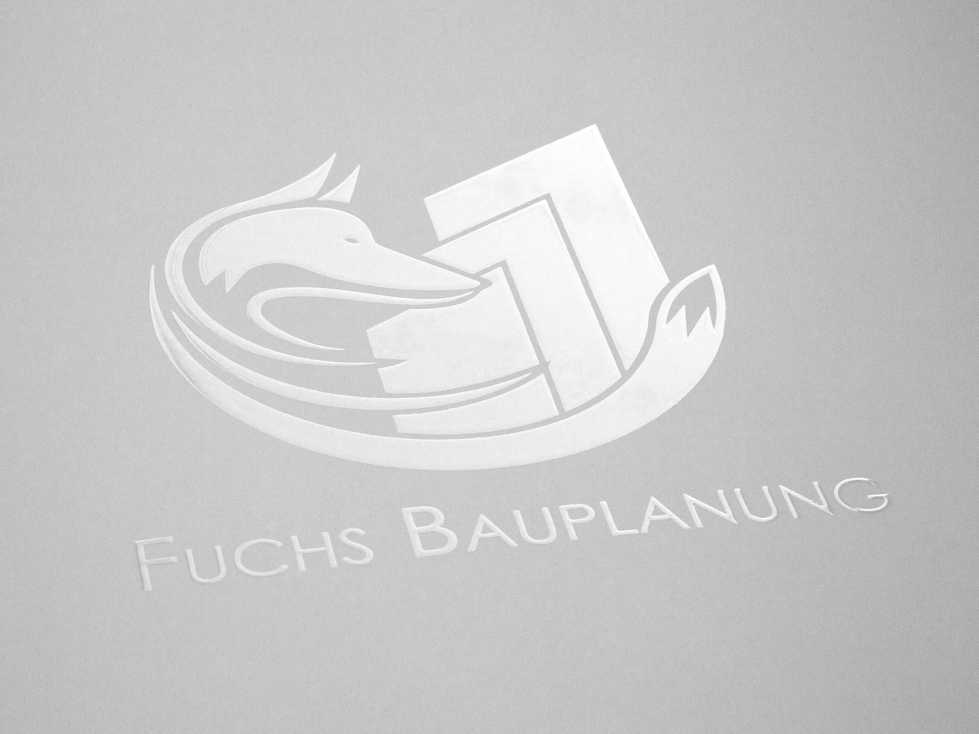 Das Logo im 3D-Lack auf weißem Papier