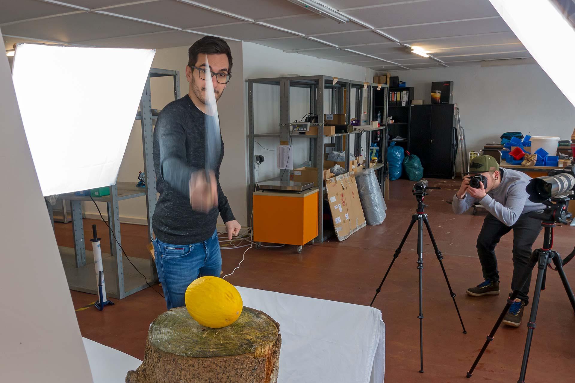 Christian Alonso zerteilt eine Melone mit der Machete