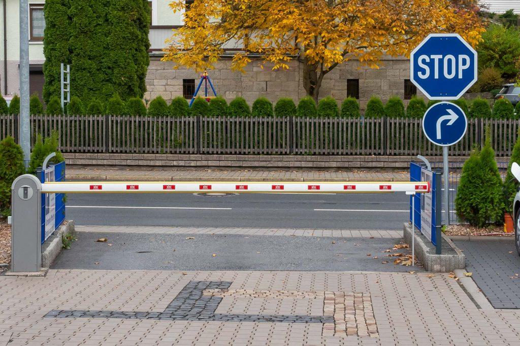 Blaues Stoppschild an der Parkplatzausfahrt der Steuerkanzlei Leinhoß